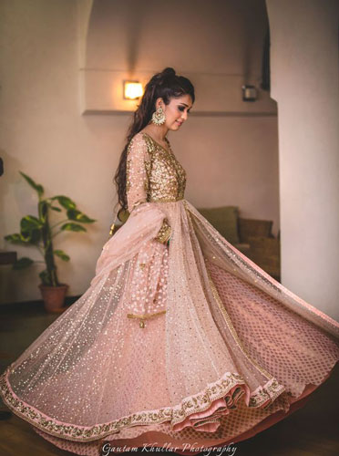 must have wedding pics for your wedding album | the bridal twirl photos | Indian bride in a pale pink and gold shimmer lehengas