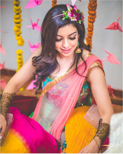 Pretty bride with loose hair style with a fresh floral hairband | Hairstyle with flowers | fresh flower hairstyle | pretty pink rose flowers in your hair | Mehndi hairstyle