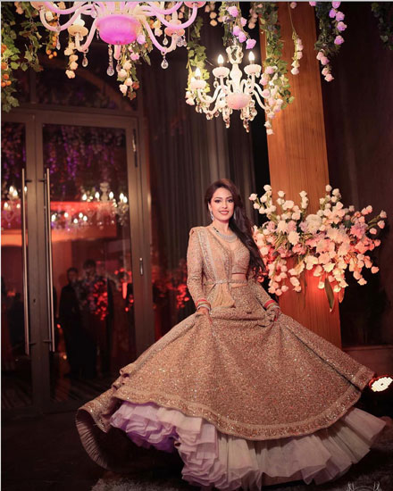must have wedding pics for your wedding album | the bridal twirl photos | Indian bride in a gold lehengas with all over work paired with a waist belt