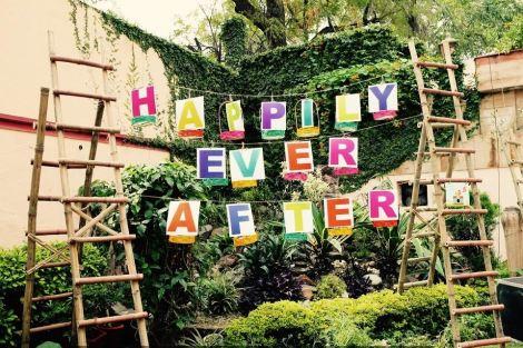 Pretty Kitsch Mehndi decor ideas |fresh Mehndi ideas | Photo booth with ladders