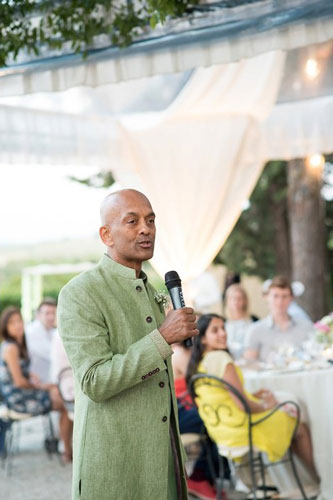 Wedding photos you must have with your dad | Indian bride photos with the feather of the bride | must have wedding photos | Indian wedding father of the bride giving a speech at the wedding | day wedding | new indian wedding ideas