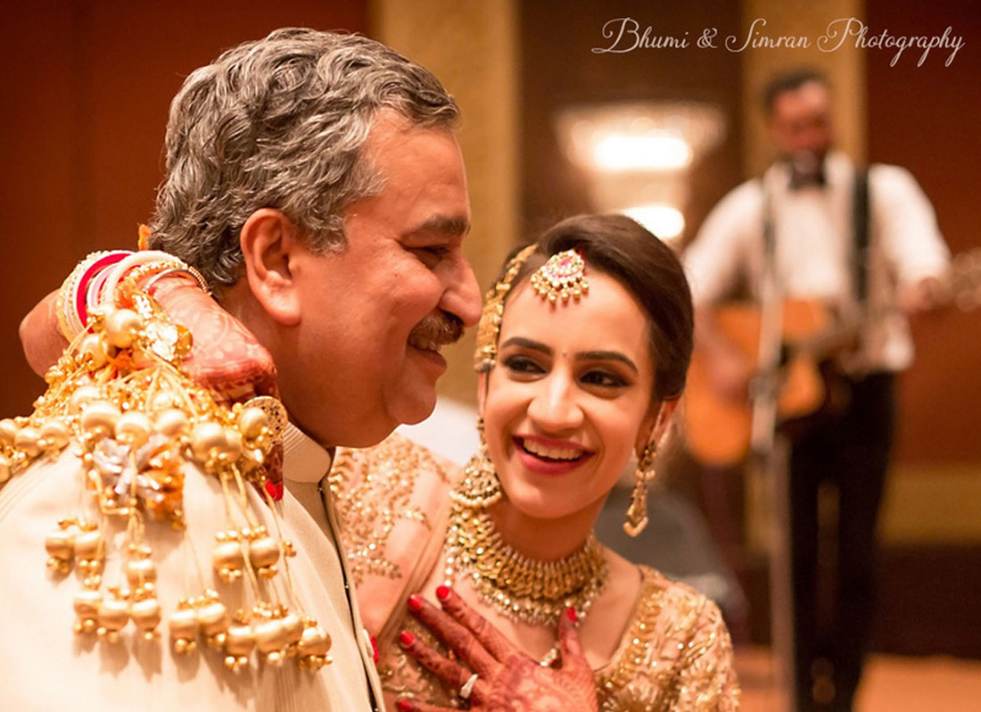 Wedding photos you must have with your dad | Indian bride photos with the feather of the bride | must have wedding photos | Indian bride walking to the mandap in a yellow lehenga and peach blouse | Day wedding | Indian Bride with her father at her wedding | Indian bride in peach lehenga with gold kaleeras