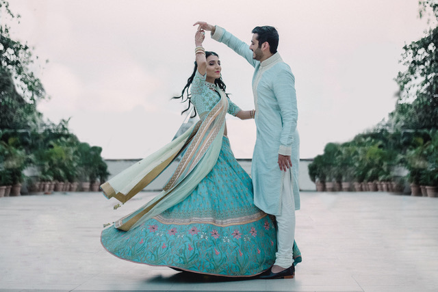 asoom Minawala's wedding photos | Indian fashion bloggers wedding | Indian wedding trends | Indian wedding couple | Indian bride in sky blue lehenga | pre-wedding photoshoot | mehendi look