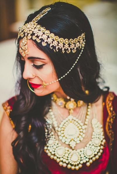 Pretty Indian bride wearing a gorgeous Kundan mathapatti | Ramit Batra Photography