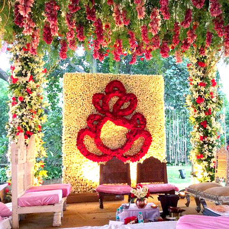 Ganesh ji made with rose petals hanging on a frame | pooja decor ideas| Ganesh Chaturthi ideas | amazing Ganesh idols | pretty floral mandap
