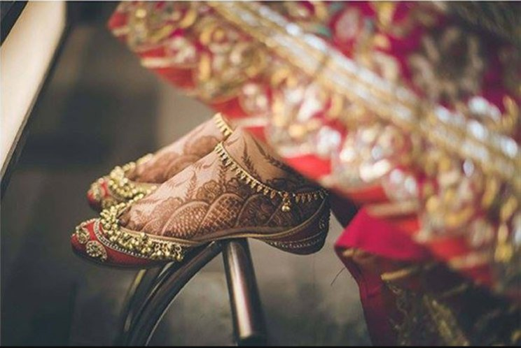 bride wearing juttis with ghungroo