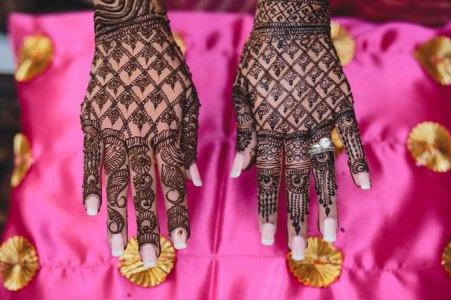 Nimisha and Hemant | Temple wedding in Delhi | The bride's beautiful hands with mehendi.