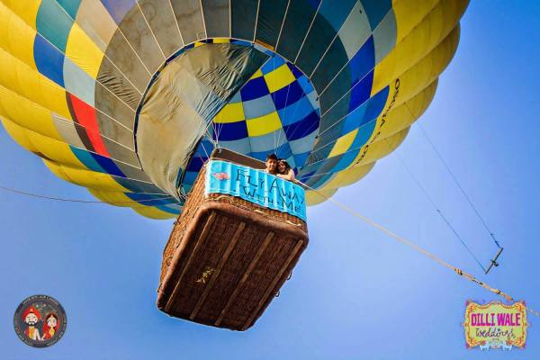 Couple in hot air balloon |Celebrate Love - Instaworthy Valentine Ideas for your darling