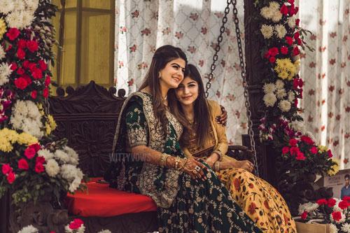 Wedding in Ahmedabad \ bride and her sister hugging