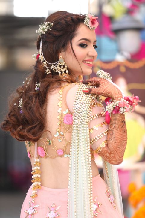 Prettiest Mehendi Outfit & Hairstyle | trending blouse ideas