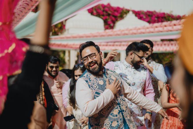 groom dancing on mehendi day