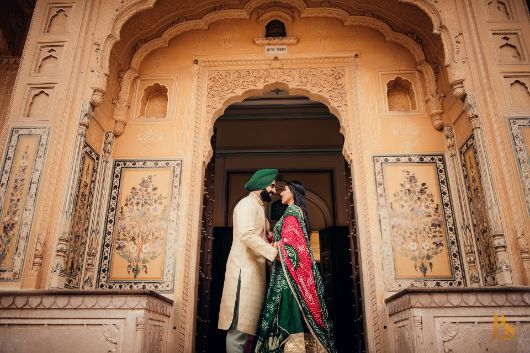 monument photo shoot   poses for indian couples