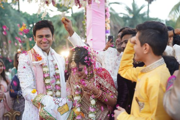 candid varmala photos | indian wedding photos | Prettiest Mumbai Wedding