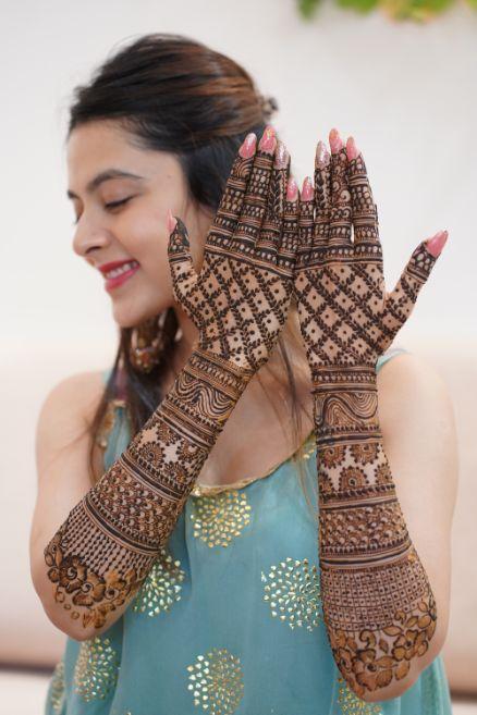 indian bridal mehendi day poses