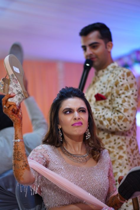 bride and grrom games   indian wedding photograohy