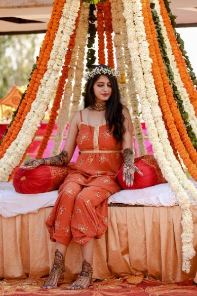 mehendi look | henna designs | bridal seat in flowers | summer wedding | delhi wedding