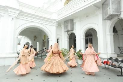 indian bridesmaid , indian sisters , twillring , bridal twilrl , sikh , indian couple , sikh wedding , wittyvows , anandkaraj lehenga | personalised embroidery | bridindal dupatta | punjabi wedidng