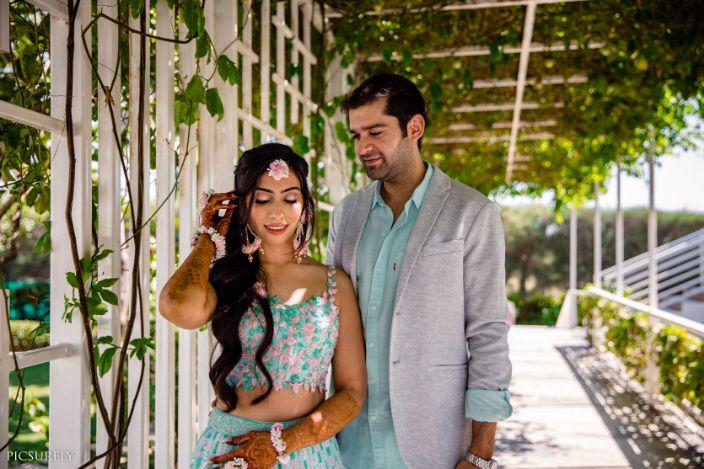 indian couple wedding candid , short lehenga , indian wedding , india bride , wittyvows , weddings , goa wedding , destination wedding | wedding in Goa | beachside mandap | mehndi look ,mehndi