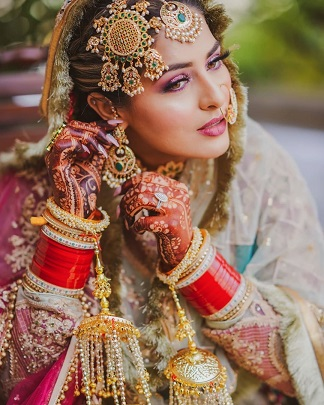 Indian bridal photography | Stunning bridal jewellery | Red chooda | Heritage paasa | Must have photos | Intimate home weddings