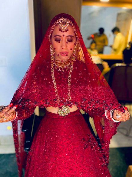 dupatta shot ,indian wedding , indian bride , red lheenga , sabyasachi lehenga , quarantine wedding | bridal mask | wedding outfits