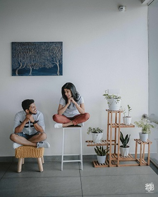 Pre wedding photo shoots in your house | Romantic couples | 2020 wedding trends