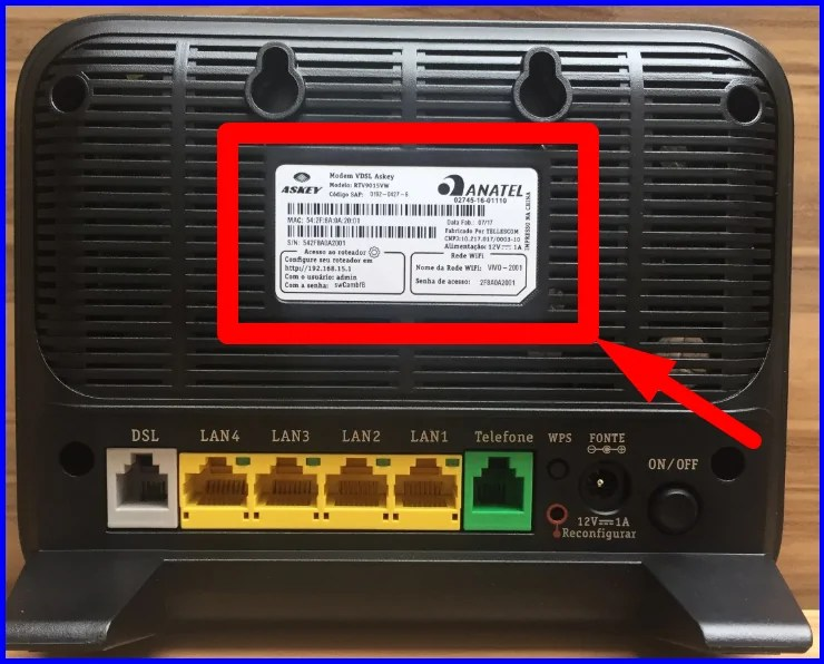 Roteador de IP 192.168.0.1 com informações de login e admin coladas num adesivo na parte traseira do aparelho
