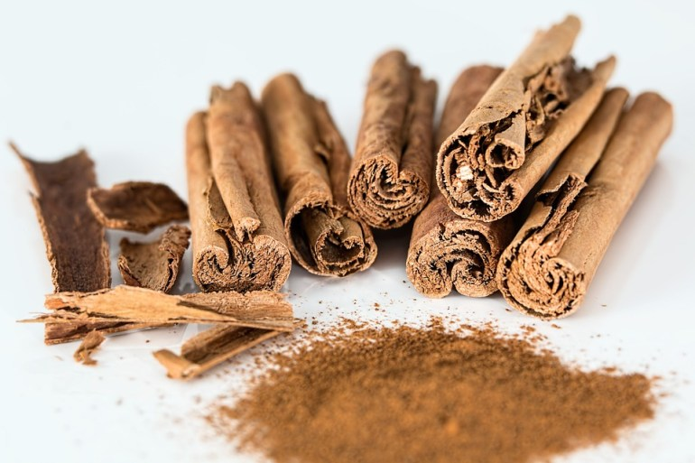 Cinnamon powder and processed cinnamon bark