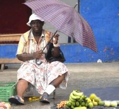 Pani z bananami i parasolem na Karaibach (SAINT LUCIA)