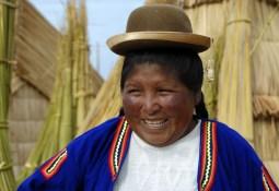 W eleganckim kapelusiku - kobieta z jeziora Titicaca (PERU)