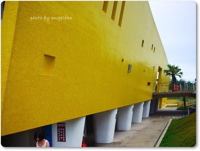 [玩♡宜蘭]目光聚集的黃色建築和沙灘嬉戲。外澳服務區+外澳沙灘 @小環妞 幸福足跡