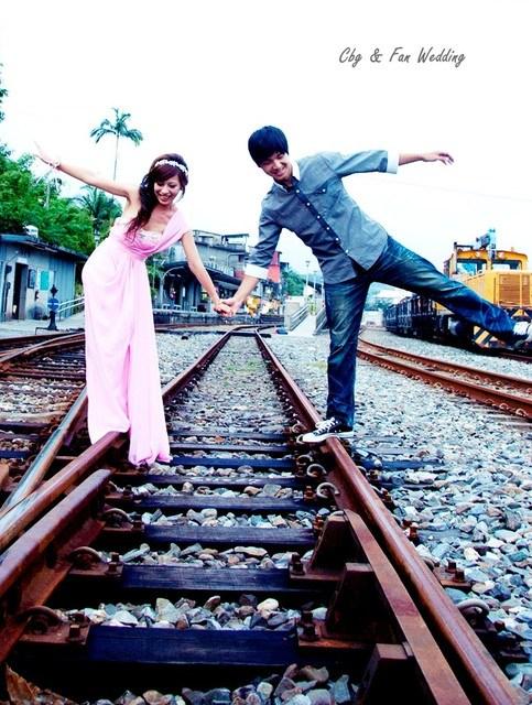 [♥囍♥]LOMO自助婚紗part 3~鐵道風。跟著幸福,一起去旅行!! @小環妞 幸福足跡