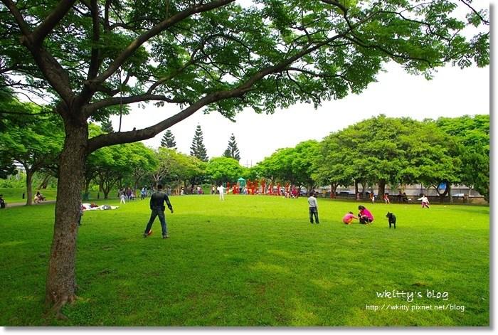 [桃園景點]˙埔頂公園 ♥ 又大又美的綠地公園,住附近的居民真幸福,溜小孩放風箏好愜意 @小環妞 幸福足跡