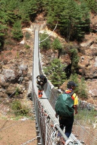 Jeden z wielu napotkanych na trasie wiszacych mostow