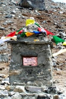 Inspirujacy memorial na czesc Seana Egana, ktory zginal w 2005 roku, okolice Lobuche