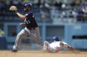 Brewers Mike Moustakas catch AP