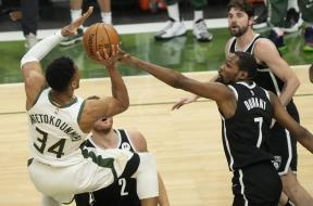 Giannis over Durant AP Gm4