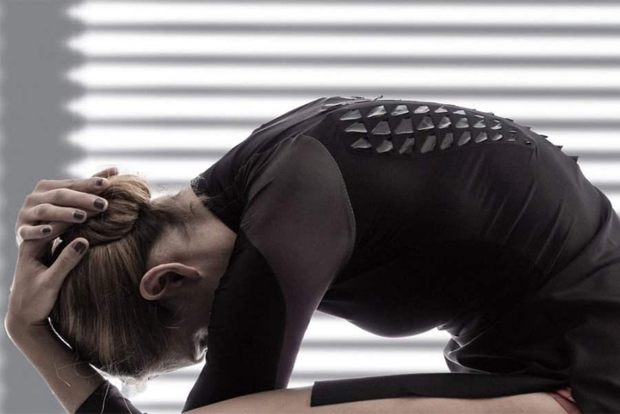 Naukowcy z MIT stworzyli oddychające koszulki dla sportowców w których umieścili żyjące komórki