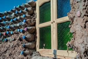 Tateh Lehbib zbudował dom z plastikowych butelek - wlaczoszczedzanie.pl