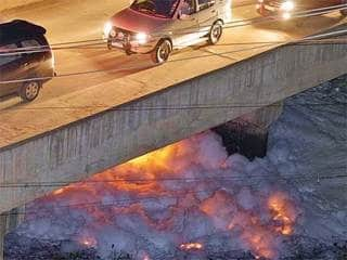 Płonie jedno z najbardziej zanieczyszczonych jezior na świcie w mieście Bangalur na południu Indii