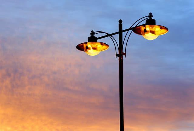 Systemy inteligentnego oświetlenia ulic pozwalają zaoszczędzić nawet 70% kosztów