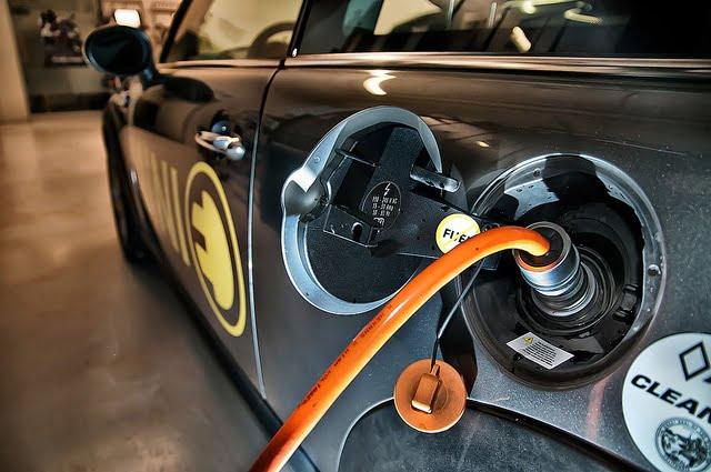 Eksperci szacują że do 2030 roku koszt zakupu samochodu elektrycznego będzie niższy niż spalinowego