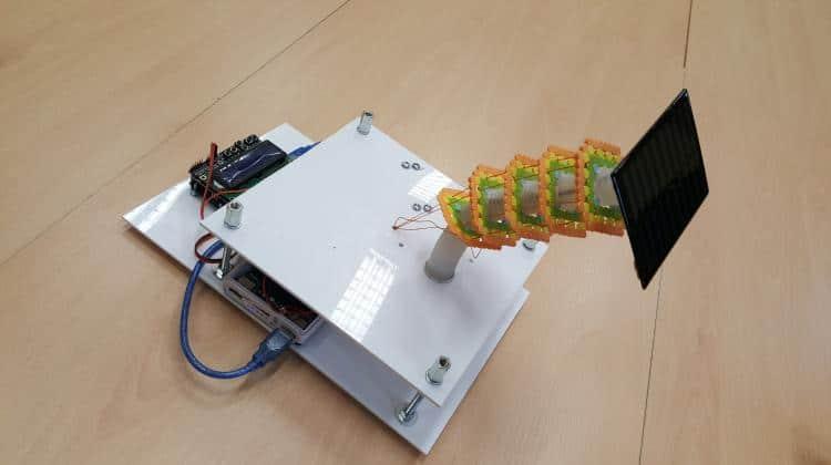 Studentka AGH zbudowała urządzenie do sterowania panelami słonecznymi. Konstrukcja wygląda jak łodyga rośliny i naśladuje jej ruchy