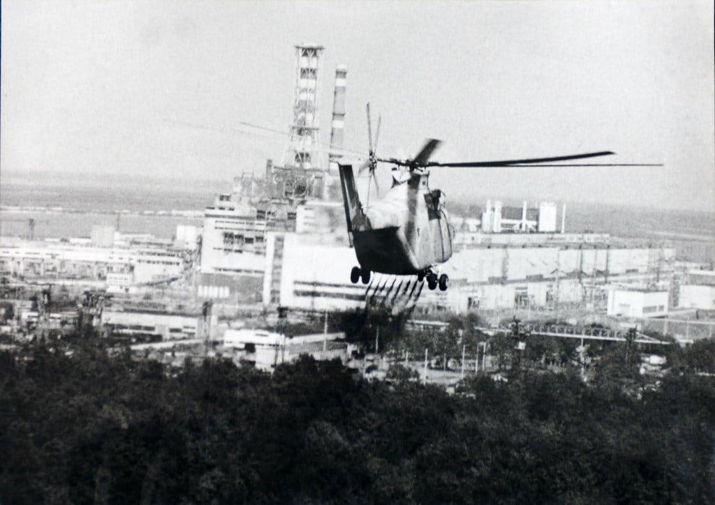 Helikopter podczas akcji - pomagający ocenić ekspertom szkody w reaktorze w Czarnobylu w 1986 roku