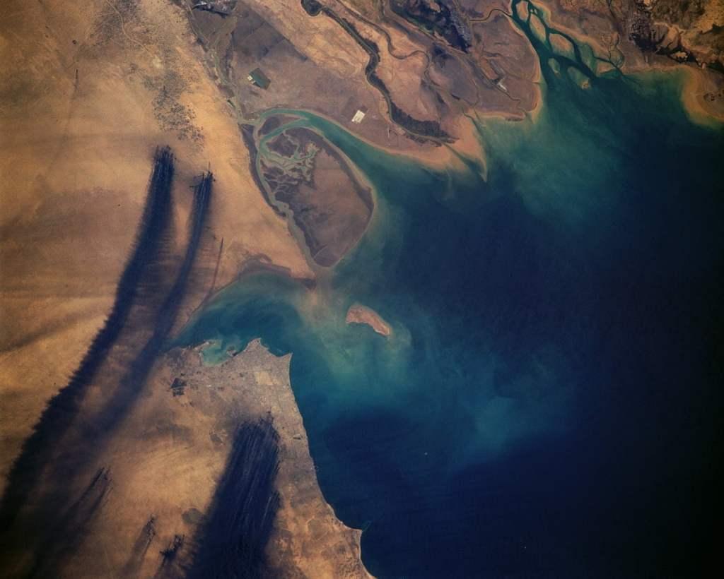Satelitarne ujęcie dymów powstałych z płonących pól naftowych w Kuwejcie / @ NASA
