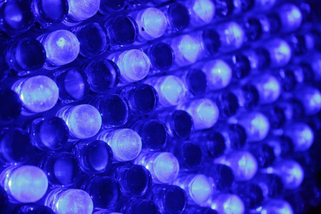Codzienna ekspozycja na niebieskie światło emitowane przez diody LED może prowadzić do uszkodzenia komórek nerwowych i siatkówki oka