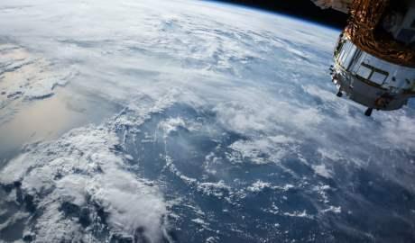 Walka ze śmieciami krążącymi wokół Ziemi to szansa dla polskiego sektora kosmicznego