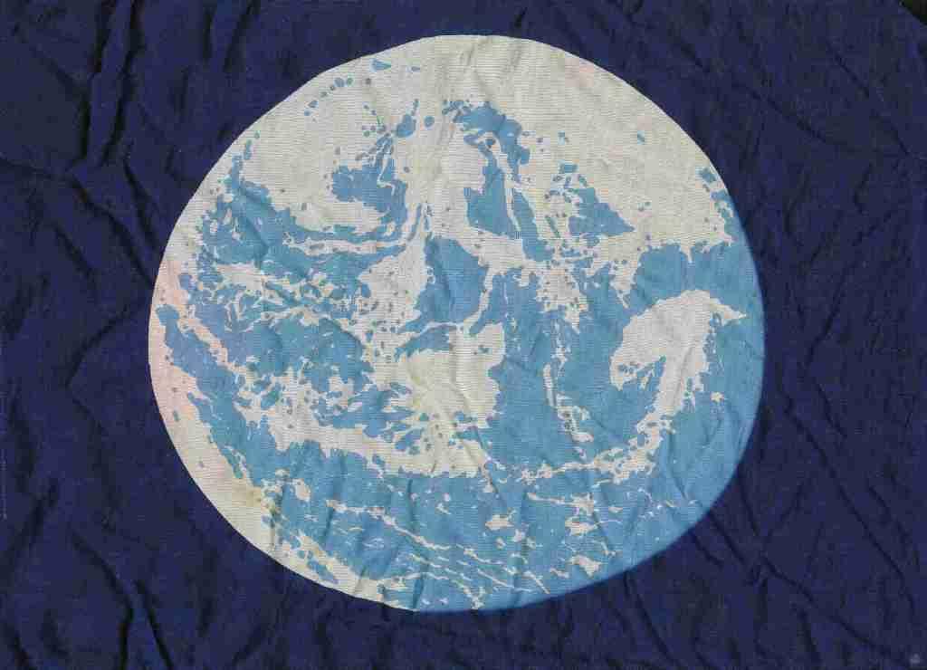 W pierwotnej wersji flagi z 1970 roku na niebieskim tle znajduje się to zdjęcie Ziemi, ale przerobione. Kolory i kształty chmur wyostrzono, a oceany zlano z kontynentami w jednolity błękit