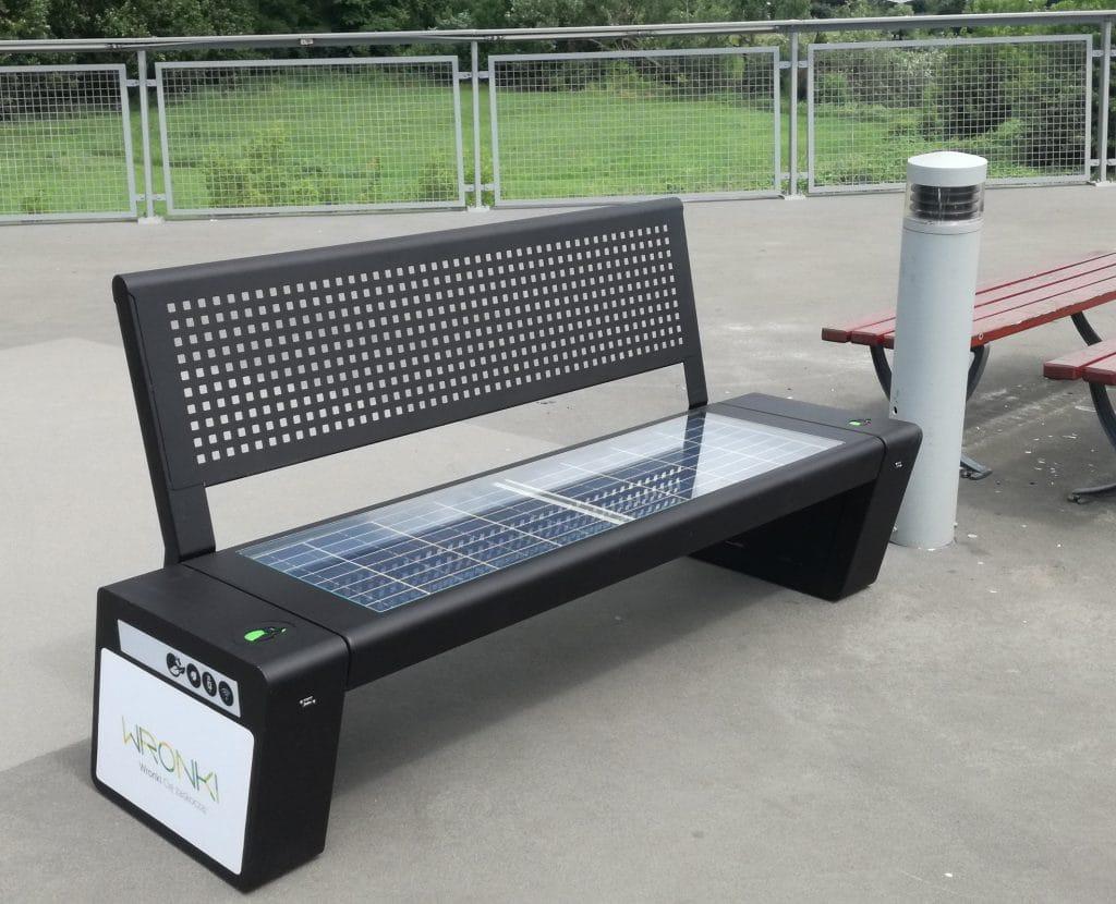 Polska firma oferuje inteligentne solarne ławki generujące energię, którą można wykorzystać do zasilania smartfonów czy tabletów