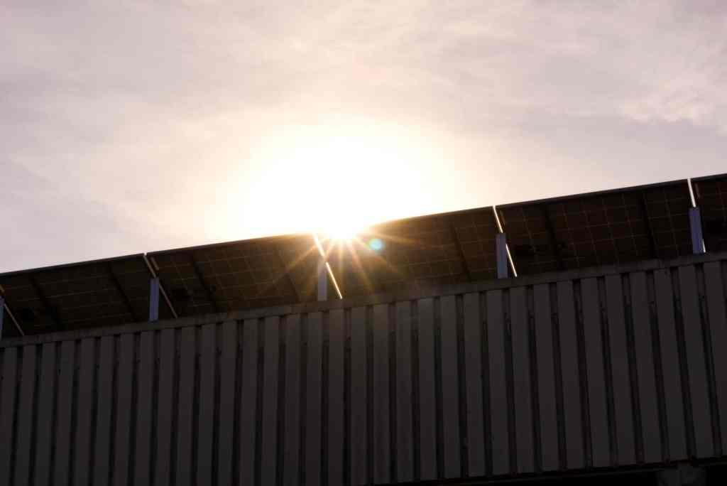 Warto zadbać o odpowiednie zabezpieczenia dachów i poddaszy podczas montażu instalacji fotowoltaicznych