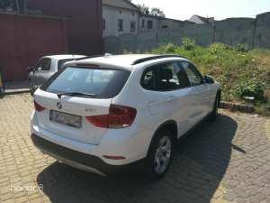 Awaryjne otwieranie BMW X1 2012 - klucze zatrzaśnięte w bagażniku